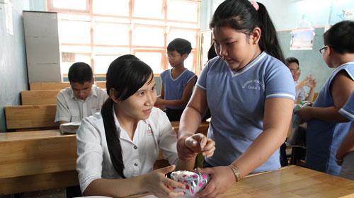 Học sinh Trường Lương Định Của tặng quà cho các anh chị khiếm thị ở Trường Nguyễn Đình Chiểu - Ảnh tư liệu