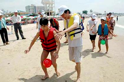 Người khiếm thị tham gia trò chơi trong tour du lịch dành cho người khuyết tật tại Vũng Tàu.