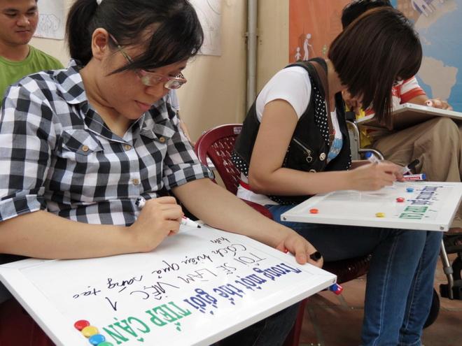 Viết thông điệp lên bảng tên, điều mà người khuyết tật mong muốn, sau đó chụp hình lại để lan tỏa lên mạng xã hội, cộng đồng