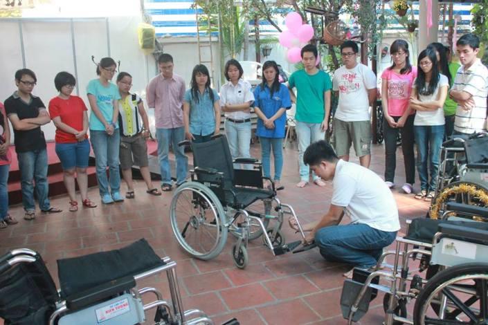 Mọi người được dời ra khuôn viên hội quán DRD để tiến hành thực tập tháo, ráp xe lăn