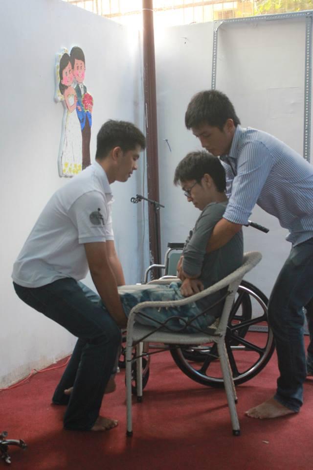Và đây là phần hướng dẫn cách di chuyển NKT từ xe lăn sang ghế và ngược lại
