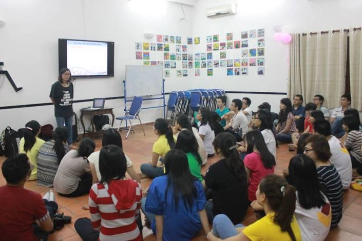 Mọi người được tập huấn trong hội trường của hội quán DRD dưới sự dẫn dắt của chị Từ Mãnh Kỳ