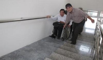 """NKT không thể """"tự đi"""" bằng chính lối đi dành riêng cho họ! (Lối lên hội trường trụ sở Hội NKT huyện Thanh Trì, Hà Nội)."""
