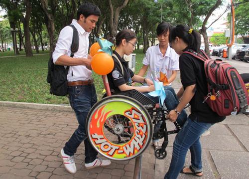 """Bạn trẻ trải nghiệm cảm giác ngồi xe lăn trong hoạt động """"Khoảnh khắc kỳ diệu"""" tại công viên 23-9, TP.HCM - Ảnh: Lâm Nghi"""
