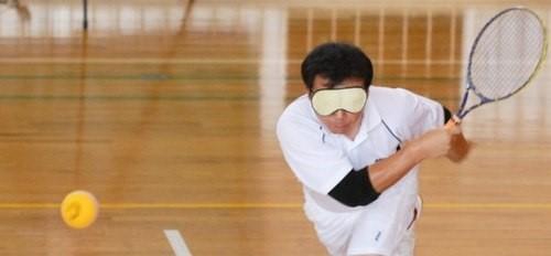 Người chơi tennis mù đều phải bịt kín hai mắt để đảm bảo sự công bằng